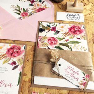 invitaciones con etiqueta y flores secas. Pack A5 con invitación, sobre comercial con forro a medida, tarjeta número de cuenta y sello de caucho hecho a medida