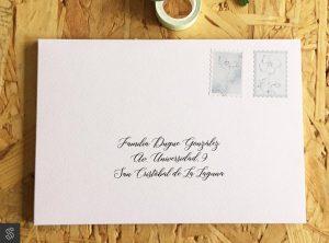 sobre artesano hacho a mano. El sobre está hecho con papel texturado con textura gofrada. Impresión exterior y estampas decorativas personalizadas con los mismos motivos decorativos del conjunto de la invitación.