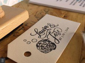 invitaciones con etiqueta y sello de caucho hecho a medida con el nombre y la fecha de los novios y etiqueta de papel verjurado para estampar el sello
